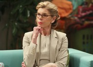 The Big Bang Theory: Beverly Hofstadter visita em cenas e fotos do episódio 9x23
