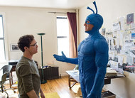 The Tick: primeiras cenas do herói azulão no episódio piloto da Amazon