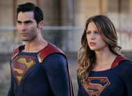 Supergirl combate criminosos ao lado do Superman em cenas do episódio 2x02