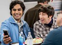 The Big Bang Theory: Raj em triângulo amoroso no trailer e fotos do episódio 11x14